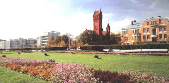 Площадь Независимости. Высокое здание в центре-  католический костел