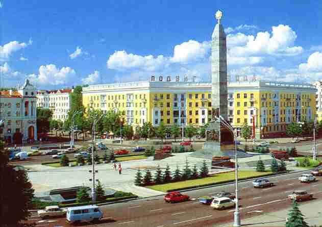 Площадь Победы. Памятник в честь победы советского народа